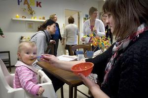 Malva Lundell nio månader får sin lunch serverad av mamma Tina Frid under sitt första besök på öppna förskolan.