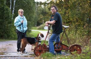 Per Åslund tar sig en dressintur ibland, vid det här tillfället träffade han Vänsterpartiets Lena Olsson som var ute med sin hund.