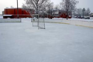 Ett par föräldrar ser till att isen blir spolad på rinken vid Lekebergsskolan. Kommunen har inte råd att spola.