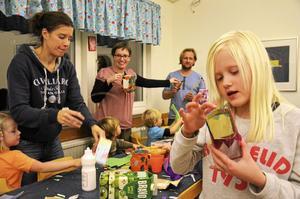 Pyssligt. Emilia Tengelins lykta går i blått, lila och rosa. I bakgrunden syns initiativtagaren Kathleen Wickenhäuser i rödrandigt.