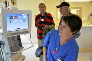 Ny teknik. Anna-Karin Karlsson, sjuksköterska, visar hur patienterna kommer ha tillgång till dator med tv, radio, spel och andra appar samtidigt som de får sina dialysbehandling.