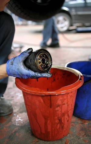 Bildtext 4: När oljan byts bör man även fixa ett nytt oljefilter.Foto: Janerik Henriksson/TT