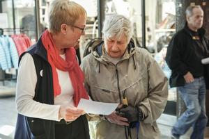 Maj-Britt Norlander diskuterade pensionärernas villkor med Ingrid Nygård.