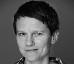 Regissören Malin Stenberg framhåller att pjäsen är fiktion även om den ligger nära verkligheten.