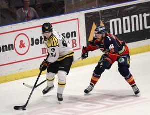 Oskar Lindblom håller undan för Djurgårdens Patrick Thoresen. Bägge får nu fortsätta säsongen, men i olika slutspel.