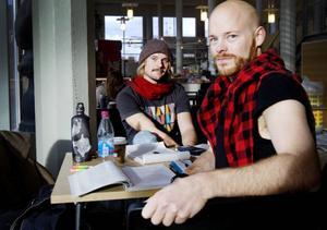 Fredrik Östlund, till höger, kommer från Storåbränna. Han och Fredrik Olausson, från Halmstad, pluggar turism på Mittuniversitetet.