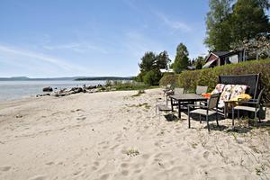 Stranden ligger bara några meter från stugan.