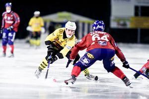 Rolf Larsson dribblar bort Daniel Välitalo.