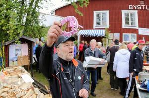 Loppmarknaden i Överberg är rena folkfesten och ger klirr i bykkassan. I 25 år har loppiset arrangerats och trots vädret i lördags blev det även succé den här gången. Mats Pålsson sålde lotter på ved. De tog slut omgående och många fyndade bland loppisborden.