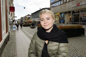 Maja Sundqvist, Gullänget:Hur piggar du upp din pojkvän i höstmörkret?– Nu har jag ingen pojkvän men om jag hade haft det så skulle jag nog göra det mysigt, tända en massa ljus, baka något gott som till exempel kladdkaka, det går alltid hem. Sen skulle jag nog sätta på någon romantisk film.
