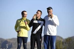 Sveriges Marcus Svensson med sin silvermedalj, italienaren Gabriele Rossetti som tog guld och kuwaitiern Abdullah al-Rashidi som tog bronset.