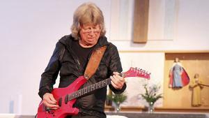 Skicklig Veteran. Janne Schaffer spelade i Nynäshamns kyrka i torsdags.