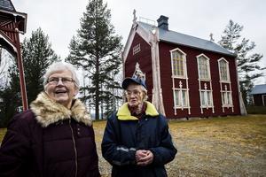 Tora Larsson och Doris Berglund framför Öfra kapell, som snart ska målas om.