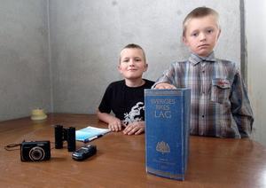 Detektiverna Fredrik och Marcus på sitt kontor i Edsbyn. De har haft sin detektivbyrå i en månad ungefär och nu väntar de på sitt första uppdrag.