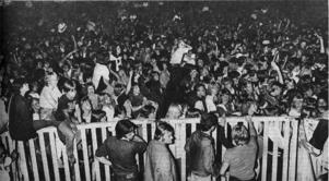 12 000 personer orsakade tryck framför scenen när Gessle förförde flygfältet.