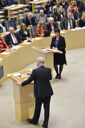 En vända till. Statsminister Fredrik Reinfeldt (M) och oppositionsledaren Mona Sahlin (S) i riksdagens avslutande partiledardebatt.