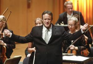 Den kanadensiske dirigenten Julian Kuerti visade en okonventionell stil i sitt arbete med Västerås Sinfonietta.