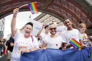 I somras deltog verksamhetschefen Jeanette Peretic och flera hbtq-personer från boendet i Prideparaden i Stockholm. Nu sprider sig oro i den gruppen eftersom Westsura ska stängas.