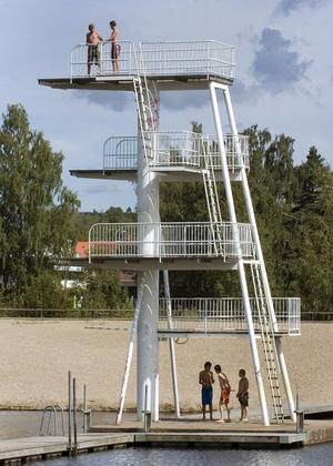 Onsdagen var en av de få dagarna som inte regnat bort på sistone. Det lockade badsugna till Karlslundsbadets hopptorn.