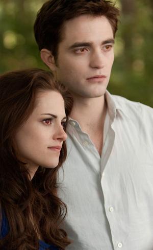 Bella (Kristen Steward) och Edward (Robert Pattinson) har äntligen fått varandra men problemen tornar upp sig när Volturi hotar att förgöra deras familj i
