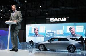 SAAB:s styrelseordförande Victor Muller talar framför den nya SAAB 9-5 sportkombin.