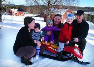Isabelle, Linus, Lina, Marie, Albin och Torbjörn, sex sjundedelar av invånarna i Ladumyråsen.