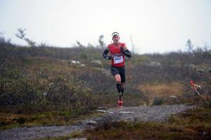 Andreas Svanebo i ensam majestät på fjället på väg mot segern i finalen i Salomon trail tour.