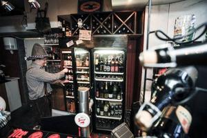 I baren finns 36 olika ölsorter från hela världen, men främst från Österrike och Tyskland. – Vi har alltid de klasiska österrikiska sorterna hemma, säger Fredrik Eckhardt.
