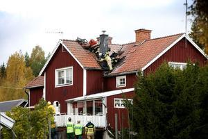 Fastighetsägaren hade själv angripit branden i taket nära den överhettade skorstenen När räddningskårerna kom fram var den akuta faran över.