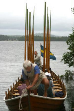 I en 15 meter lång kyrkbåt färdades pilgrimerna på Havern. Längst bak står Lasse Feldtblad och längst fram står Anders Biving.