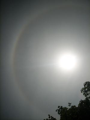 En regnbågsliknande ring runt solen. Lite häftigt att se