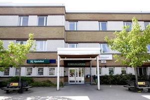 BOMHUSGÅRDEN. Själva besparingen består i att Bomhusgården läggs ned i slutet av året. De personer som bor på de 42 korttidsplatserna får tillsammans med personalen flytta till Bergmästargården på Brynäs.