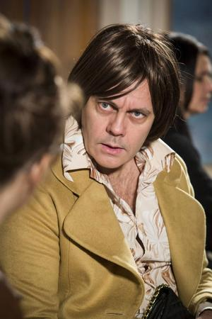 Mats Jäderlund blommar ut totalt i rollen som Barbro.