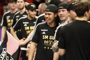 Alexander Hallén ler ikapp med Simon Cederström efter SM-guldet med IBF Falun.