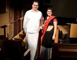 Politisk sämja. Mats Hellgren (M) och Katarina Hansson (S) sida vid sida i indisk festklädsel. Och första veckan i februari tar Kumla emot indiska gäster.