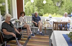 Tar Granaten med ro. Elvi Multanen, Gull-Britt Gustavsson, Lennart Hedberg och Ivar Larsson kommer alla att tvingas lämna sina hem när granaten ska sprängas.