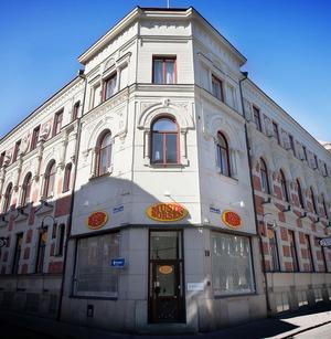 Tryckeribolagets hus byggdes 1891 och dekorerades med handuthuggna byster av bland andra Gustav II Adolf, Gutenberg och Oscar den II.