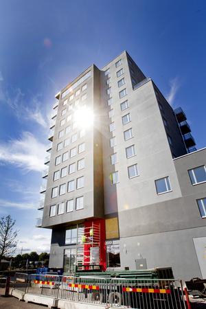 De första hyresgästerna har börjat flytta in i Gavlegårdarnas nya höghus på Gävle Strand. Fullriggaren har tolv våningar, 29 lägenheter, lokaler för hälsocentral, närbutik, kafé, restaurang och kontor. Hela huset är 42 meter högt.