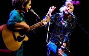 """Så långt ifrån """"Idol"""" man kan komma. Charmiga Little Marbles var förband och sjöng egenskrivet material, ljusa vardagsbetraktelser på rim."""