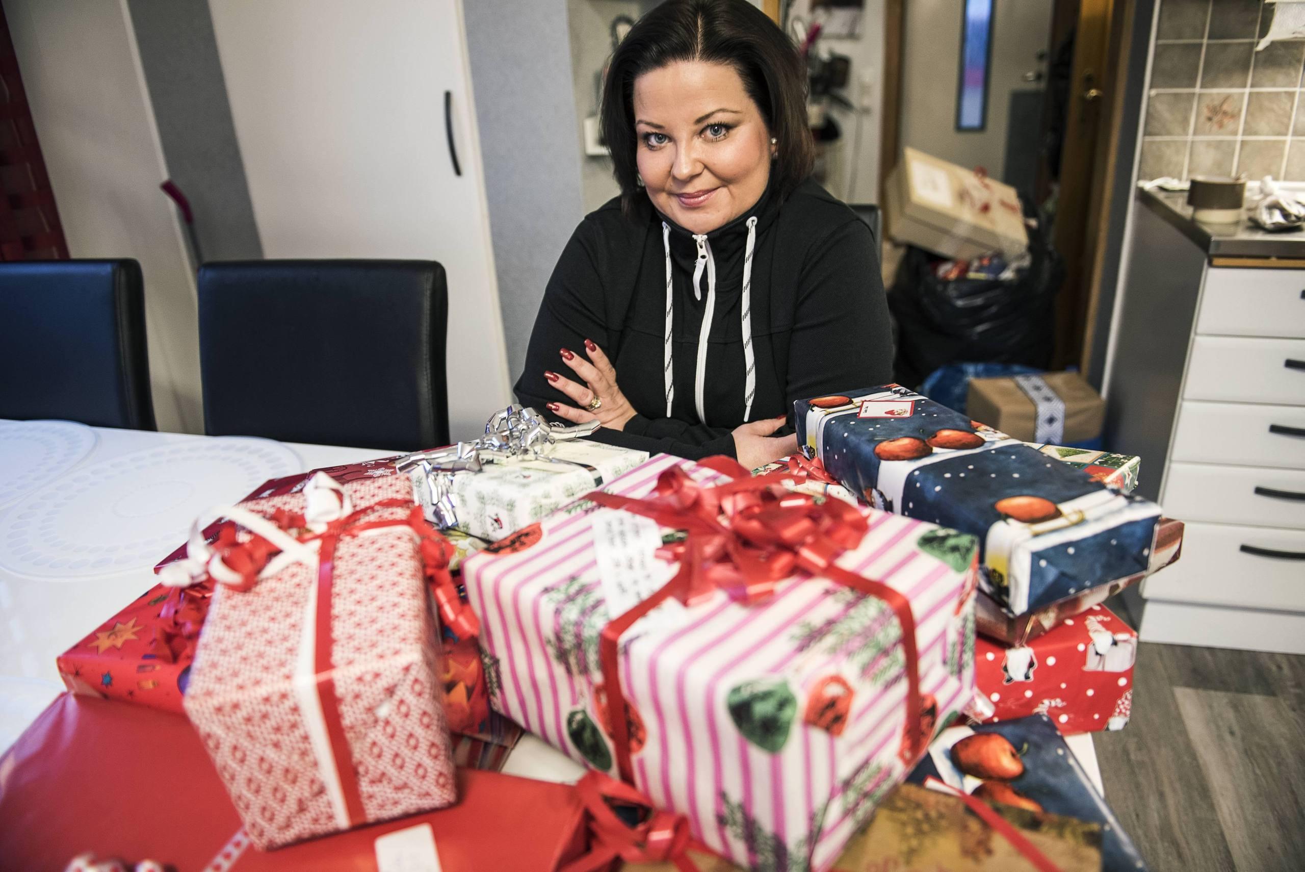 Hon samlar in julklappar till utsatta barn