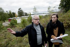 Eget förslag. Här behövs inga bostäder, sade Alf Claesson och Alexandra Falk Claesson när de presenterade Miljöpartiets förslag för Hökmossbadet och Älgbostad för ett år sedan. Men nu är bostadsplaneringen i full gång.