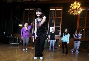 Danslärare Kristina Hallström instruerar hur dansen går till. Det är mycket stamp med fötterna i golvet och framåtböjda kroppar.
