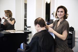 Emmy Holmbom jobbar på Lenas frisörer i Örnsköldsvik.