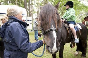 Lena Sjöström tog med Elvin Siekas på ridtur. Elvin tyckte att det var kul och lite läskigt. Hästen heter Marius.