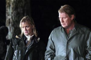 Maja Thysell (Marie Richardsson) och Kurt Wallander (Rolf Lassgård) kallas till en makaber brottsplats i den nya Wallander-filmen Steget efter.