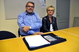 Jan-Erik Steen (S), barn- och utbildningsnämndens ordförande, och Karin Åberg, chef för barn- och utbildningsförvaltningen, är bekymrade inför nästa år. Det ser ut som att förvaltningen måste spara in 2,1 miljoner kronor på grundskoleverksamheten.