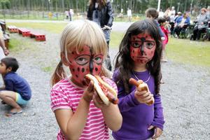 Lova Asp och Zerda Sahindal, båda fyra år och boende i Håsta är bästa kompisar. De passade på att få nickelpigeinspirerade ansiktsmålning och mumsa på korv med bröd under Håstadagen.