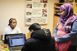 Många kommer till Röda Korset i Kilafors för att umgås och träna på det nya språket.