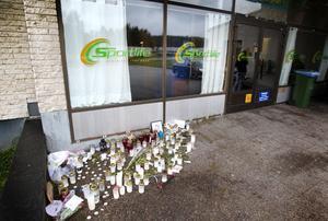 Utanför entrén till Hoforshallen har ljus tänts och folk har lämnat blommor för att minnas Filip Nordenberg som dog efter en simlektion för två veckor sedan.
