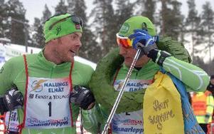 Jörgen Aukland till vänster gratulerar Jerry Ahrlin till segern i Skinnarloppet. FOTO: ROLF JOHANSSON